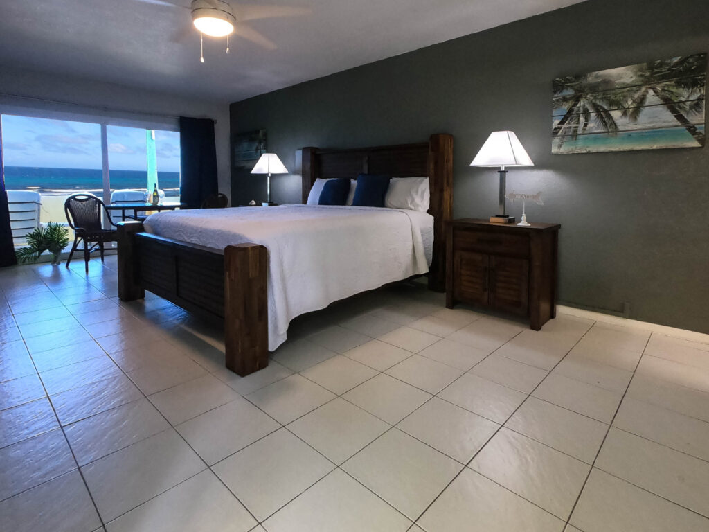 The Palms and Pelican Beach - Oceanfront Room - king bed